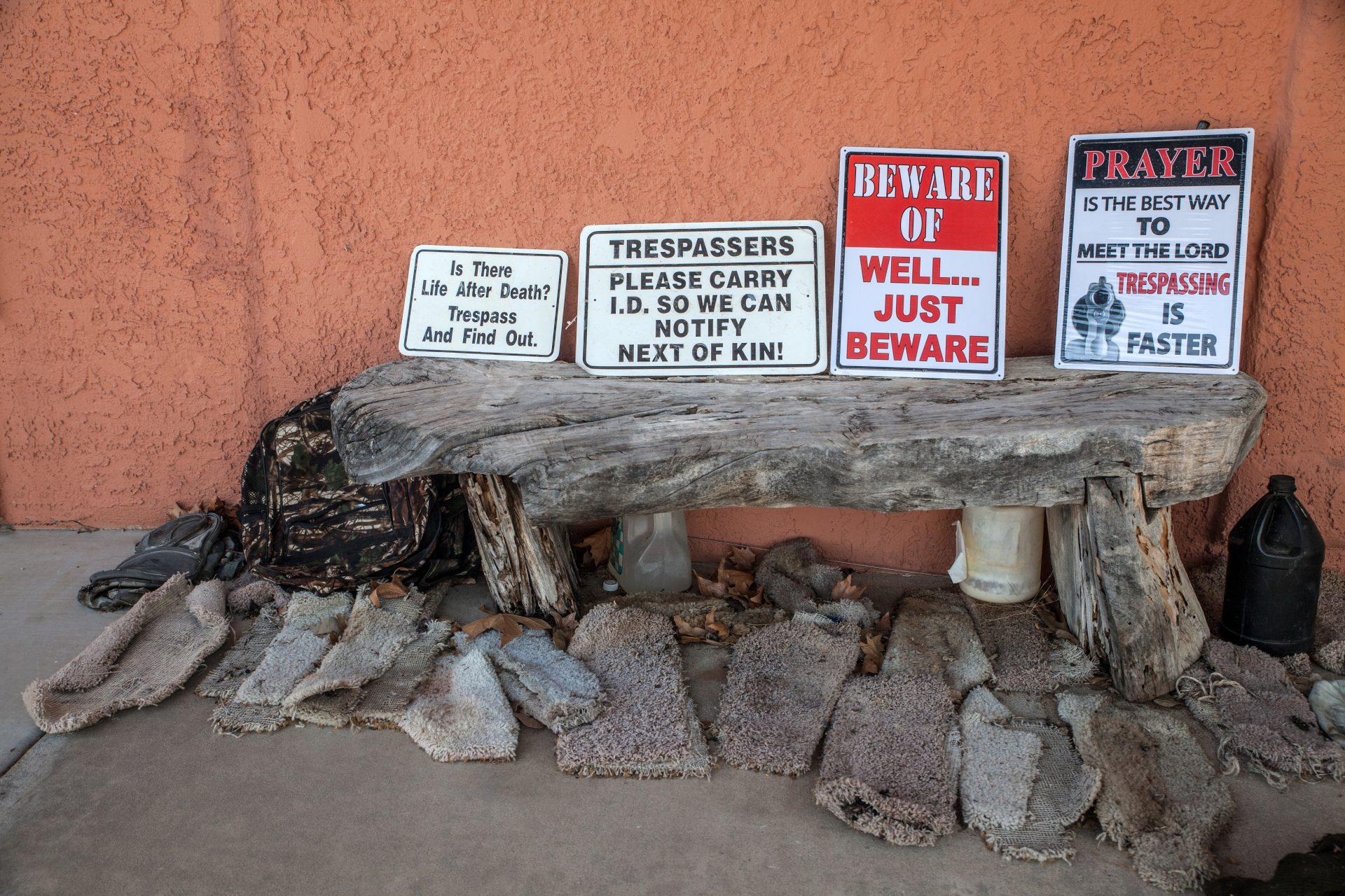 """Die netten Cowboys von nebenan drohen Grenzverletzern """"im Scherz"""