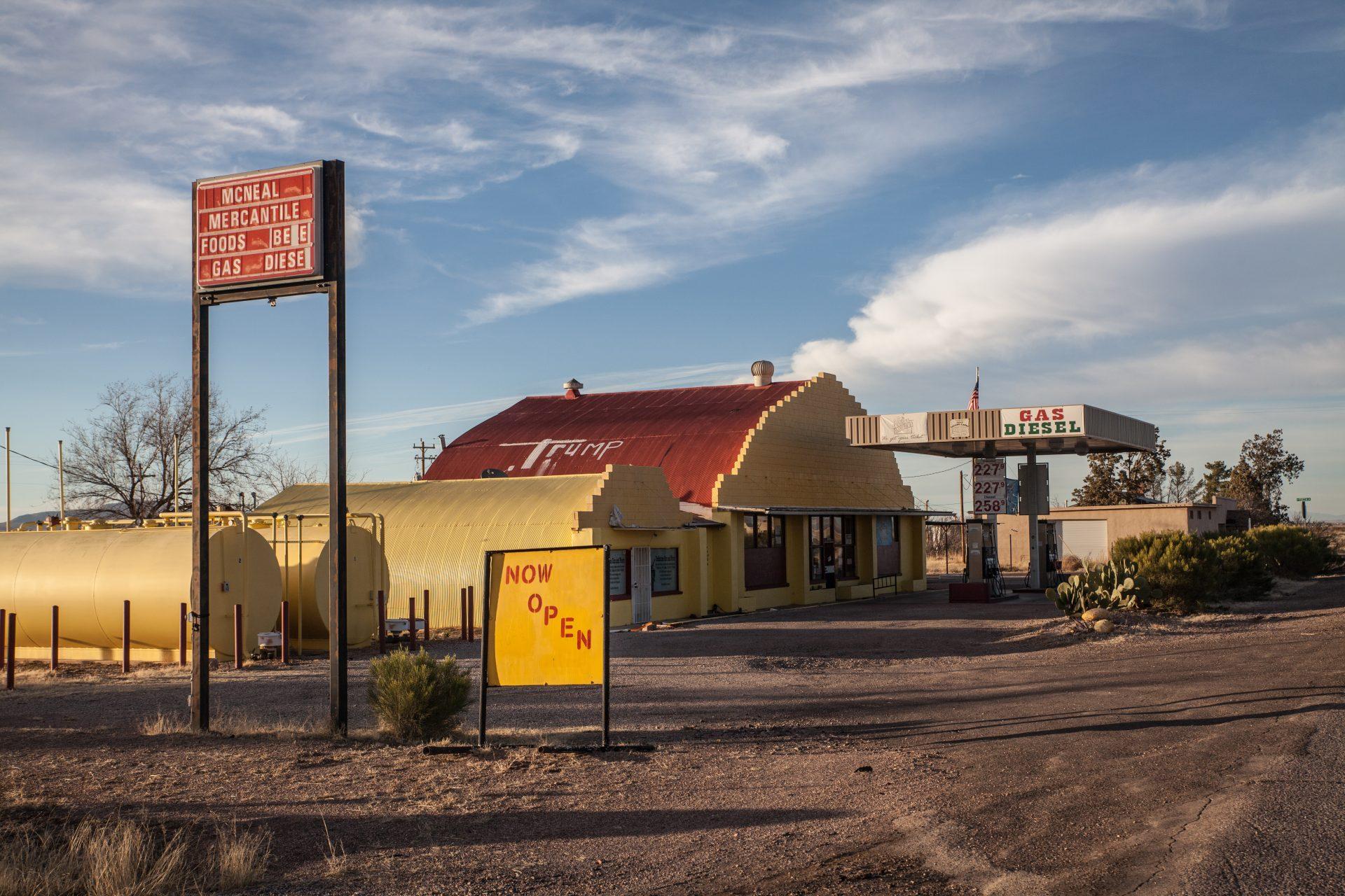Der Tankstellenbesitzer von McNeal/ Arizona signalisiert allen V