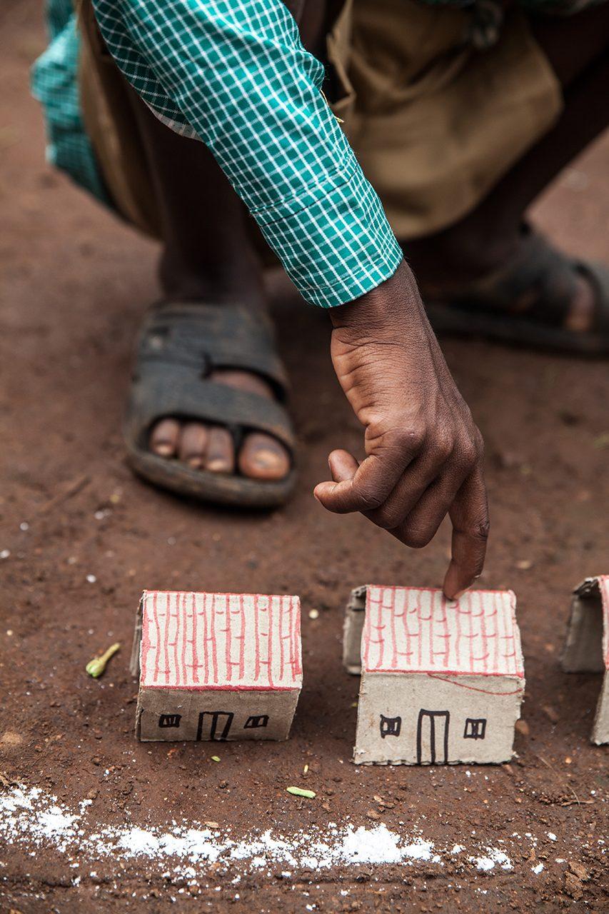 Die Kinder in Ketokuria finden ihr Haus auf dem Dorfplan auf Anh